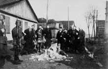 Radzyn: les Juifs du ghetto sont obligés de brûler leurs livres