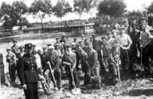 Tomaszow Mazowiecki: Juifs au travail forcé sur la rivière Wolborka. 1940