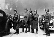 Varsovie : le général Stroop au milieu de sa garde pendant la révolte du ghetto