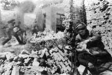 Décembre 1942 : Stalingrad. Soldat russe blessé et soigné