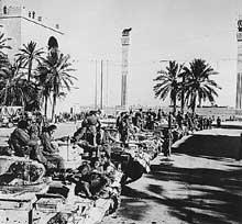 Les blindés anglais à Tripoli, 1943