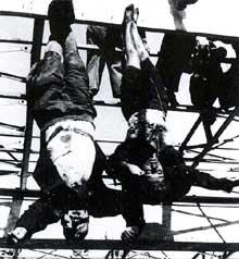 28 avril 1945 : après avoir été exécuté par des partisans italiens, Mussolini est pendu par les pieds en compagnie de sa maîtresse, Clara Petacci, à Giuliano di Mezzegra près du lac de Côme