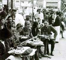 Paris, été 1940 : soldats de la Wehrmacht attablés à une terrasse