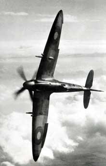 Le Supermarine Spitfire va très avantageusement remplacer l'Hurricane, dépassé. Avec cet appareil, le Messerschmitt ME 109 trouve un adversaire à sa mesure