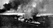 Le croiseur italien « San Gorgio » en train de flamber dans la rade de Tobrou