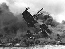 Pearl Harbor : l'Arizona submergé par les flammes