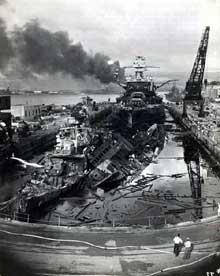 Pearl Harbor : après l'attaque. Le Cassin est endommagé, le Pennsylvania est en feu et le Dowes gravement touché