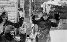 Des soldats allemands se rendent lors de la bataille d'hiver de Moscou