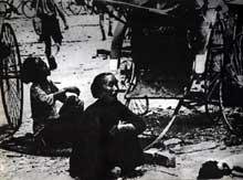 Les Japonais bombardent Singapour. Principales victimes : les civils