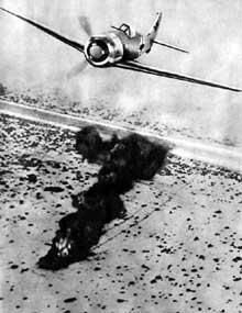 Disposant de la maîtrise du ciel, l'Afrika Korps perce vers l'Egypte. Ici un FW 190 vient de détruire un blindé en Cyrénaïque