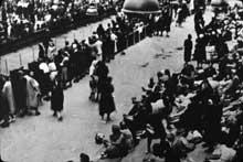 Une des rares photographies de l'intérieur du Vel d'Hiv après la rafle. Femmes et enfants y sont parqués. Sur les 13 000 personnes arrêtées les 16 et 17 juillet 1942 lors de la rafle, une quarantaine d'hommes seulement ont survécu à la déportation. Aucune femme et enfant n.échappera à la mort dans le camp d'Auschwit