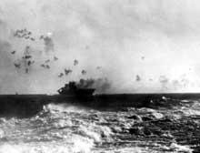 L'Entreprise est touché par trois bombes lors de la bataille des Salomon orientales