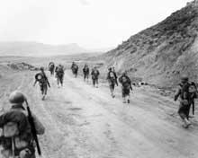 Soldats américains à la passe de Kasserine. Kasserine sera le premier combat des Américains contre les Allemands. Le GI.s subiront de lourde pertes. Il faudra l'énergie d'un Patton pour galvaniser les troupes