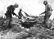 Atoll de Kwajalein : des Marines cernent l'entrés d'un bunker japonais