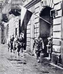 Varsovie : l'AK, « Armia Krajowa » patrouille dans les rues de la ville en insurrection