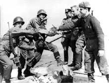 Fraternisation à Torgau. On raconte que Staline fera expédier en Sibérie tous les soldats de l'Armée Rouge entrés en contact avec les Américains… de peur de la contamination