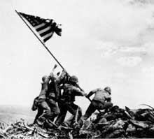 Iwo-Jima : les Marines plantent le drapeau sur le mont Suribachi : une des photos les plus célèbres de la guerre