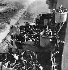Okinawa : le cuirassé USS Missouri est attaqué par un kamikaz