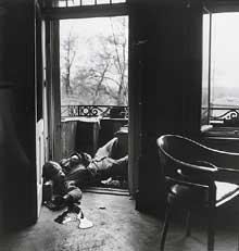 18 avril 1945, Leipzig : un des derniers morts de la guerre : soldat américain tué par un tireur isolé. Photo Robert Capa