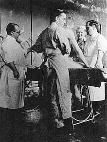 """Horst Schumann (à droite) en compagnie du Dr Clauberg (droite): il sacrifia au moins 2000 """"cobayes"""" humains"""
