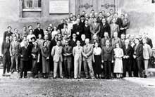 T�bingen 1937�: le 9� congr�s de la ��Soci�t� allemande d�anthropologie physique�� voit se r�unir entre autres les docteurs Eugen Fischer, Otmar von Verschuer, Alfred Ploetz et Josef Mengele qui posent avec d�autres congressistes. Durant ce congr�s, les participants d�cident de changer le nom de leur organisation�: elle s�appellera d�sormais ��Soci�t� allemande pour l�hygi�ne raciale��. Mengele se trouve � gauche du second rang.