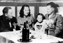 Le docteur Rudolf Lonauer (à droite) en famille. Lonauer est le directeur de Hartheim de 1940 à 1945. Il se suicide en mai 1945 avec sa famille