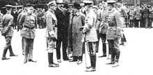 Après l'écrasement de la « Räterrepublik » de Bavière, la parade des vainqueurs : au milieu, de gauche à droite : Ritter Von Epp, Gustav Noske et le président Ebert (les deux en civil)