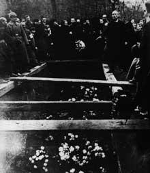 Lors de la « semaine sanglante », Karl Liebknecht prononce un discours lors de l'enterrement de victimes de la répression. Quelques jours plus tard il sera lui-même assassiné avec Rosa Luxembourg