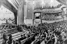 L'Assemblée nationale allemande se réunit au théâtre national de Weimar le 6 février 1919. A la tribune :Friedrich Eber