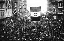 La population de Fiume accueille triomphalement d'Annunzio et ses troupes