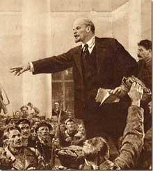 Lénine. Derrière lui, Staline, déjà