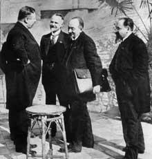 Conférence de Gènes : le chancelier Joseph Wirth avec les représentants de la délégation soviétique Leonid Krassin, Grigorij Tchitchérine et Adolf Joffe