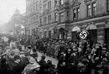 Défilé du NSDAP dans les rues de Munich le 28 janvier 1923. Photographie d'Heinrich Hoffmann
