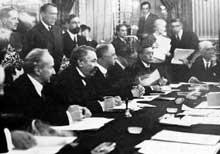 Un conseil de la Société des Nations : second à partir de la gauche, Aristide Brian