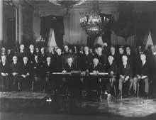 La signature du pacte Briand-Kellog par le président Coolidge