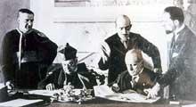 Le cardinal Gasparri et Mussolini lors de la signature des Accords du Latran