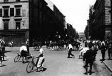 Bagarre de rue entre les SA de Munich et la police à cause de l'interdiction faite à la SA de défiler en chemise brune.