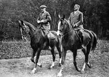 Franz Von Papen et Otto Meißner : le chancelier du Reich et son secrétaire d'état font du cheval au Tiergarten. Berlin, 193
