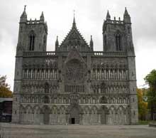 Trondheim en Norvège: la cathédrale Nidaros. La façade occidentale