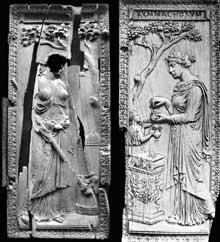 Diptyque des Nicomaques et des Symmaques, diptyque nuptial en ivoire sculpté, réalisé en 382 pour commémorer l'union de deux grandes familles sénatoriales, les Nicomaques et les Symmaques. Londres, Victoria and Albert Museum: Paris, musée de Cluny