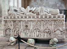 Alcobaça: abbatiale: la tombe du roi Pedro et de la reine Inès
